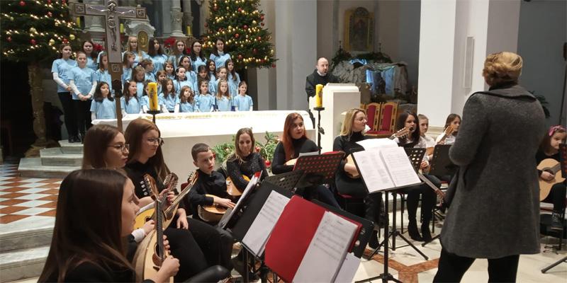 IMOTSKI<br>Mladi oduševili starim božićnim pjesmama